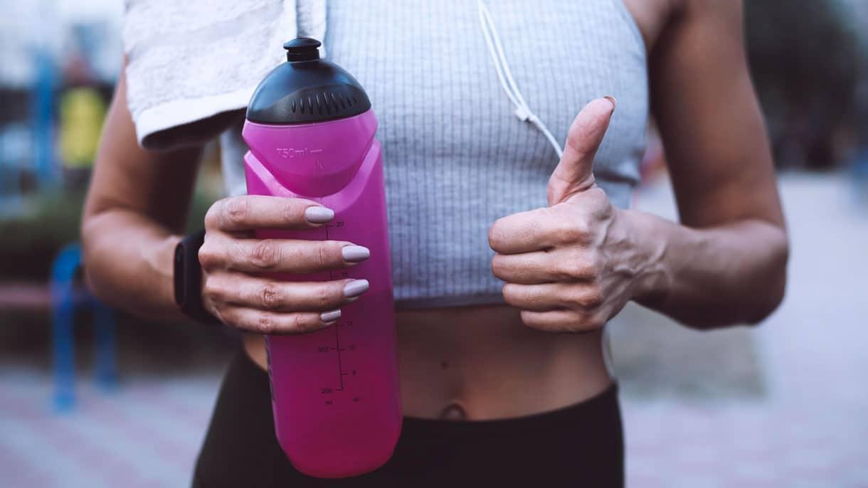 Sportif qui s'hydrate pendant une séance de sport d'endurance