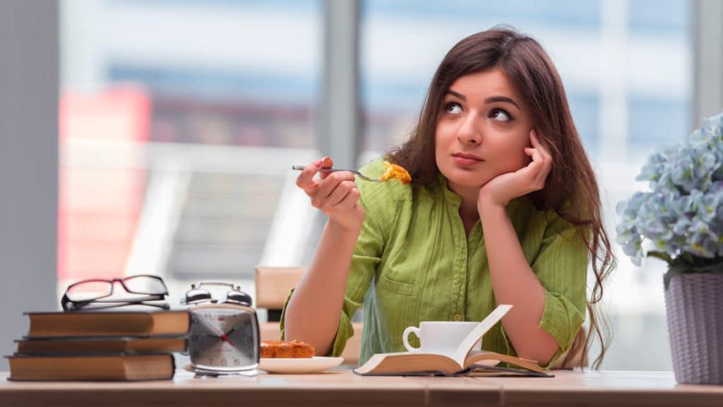 Femme devant son petit déjeuner mais qui n'a pas faim le matin